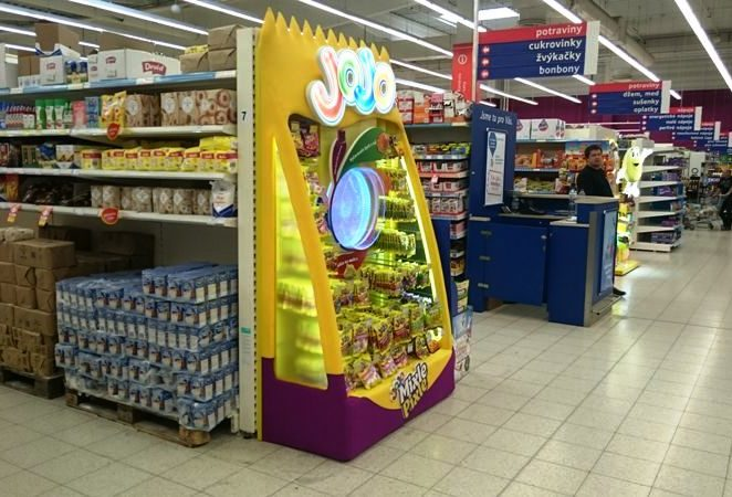 IN TESCO, JOJO ATTRACTS CUSTOMERS USING A BEWITCHING CIRCLE