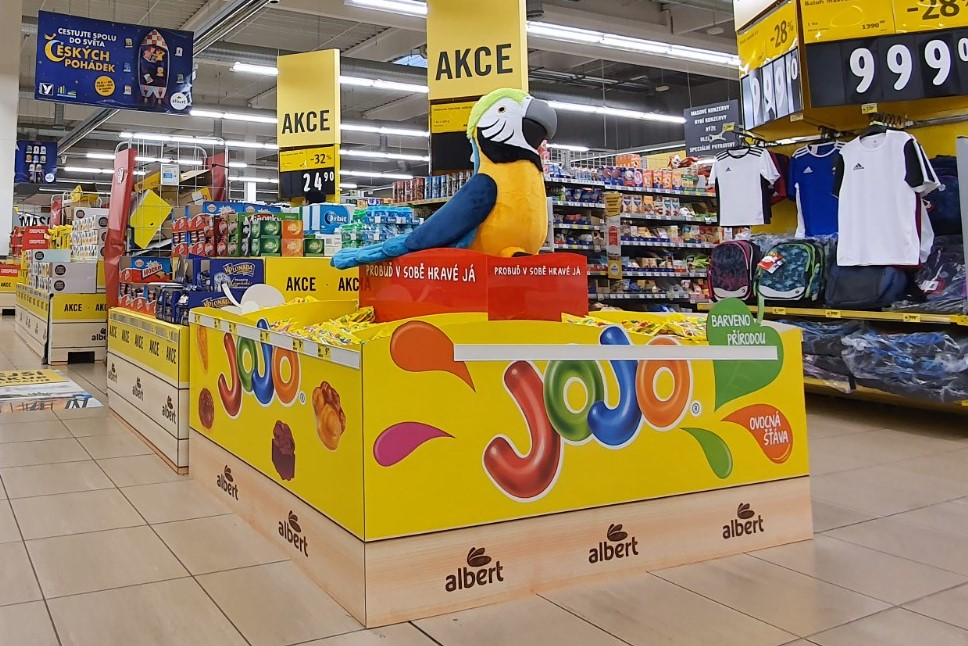 Parrot and hologram! JOJO presents itself with colourful displays